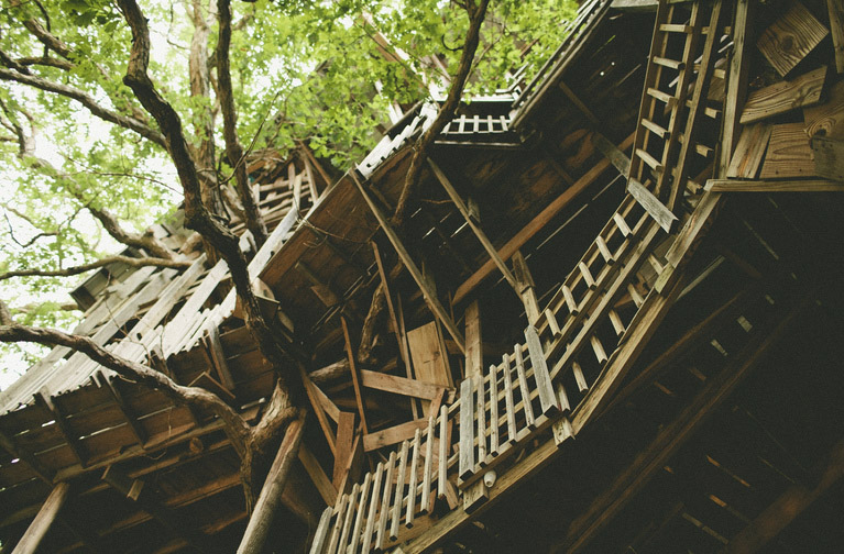 the-ministers-treehouse-a-100ft-tall-church-built-over-11-years-without-blueprints_02
