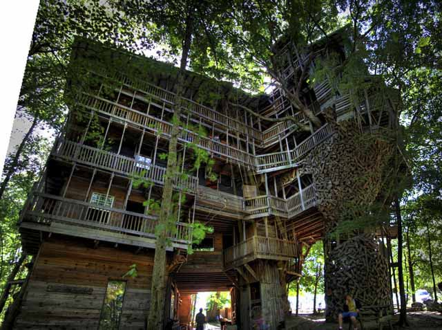 the-ministers-treehouse-a-100ft-tall-church-built-over-11-years-without-blueprints_03